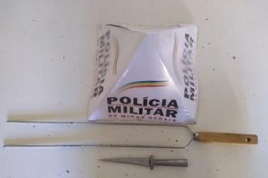 Homem é preso por ameaça de morte utilizando um punhal e um espeto