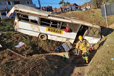 Acidente com ônibus rural deixa 20 feridos no Marco Divisório