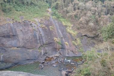 Criança de 11 anos morre após cair de cachoeira entre Campestre e Poço Fundo