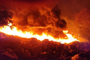 Incêndio se espalha rapidamente por propriedade às margens da MG-455
