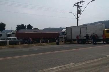 Caminhoneiros encerram manifestação na divisa de MG e SP em Poços de Caldas