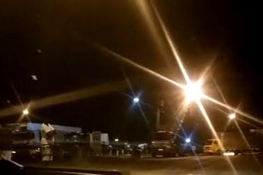 Caminhoneiros fecham a divisa entre MG e SP em Poços de Caldas