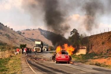 Carro pega fogo após bater em carreta e três pessoas morrem na MG-455
