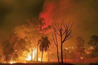 Incêndio atinge pasto e se aproxima de residências no Jardim Rio Negro
