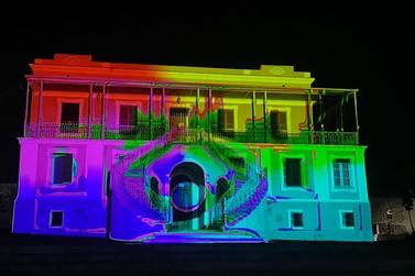 MIA traz projeção em fachada de prédio no centro de Poços e show digital