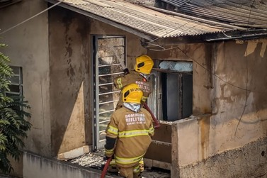Residência é atingida por incêndio e precisa ser interditada em Poços de Caldas