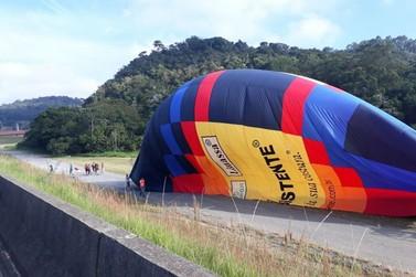 Balão chama atenção de motoristas às margens da rodovia Dom Pedro 1º