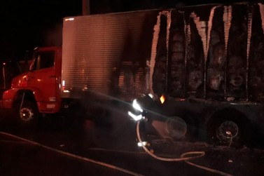 Caminhão pega fogo na rodovia Capitão Barduíno