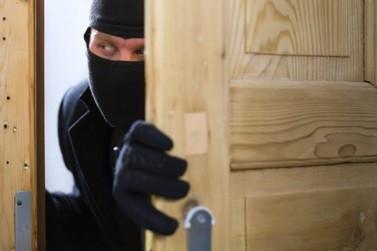 Homem é preso após furtar dinheiro e joias de casa
