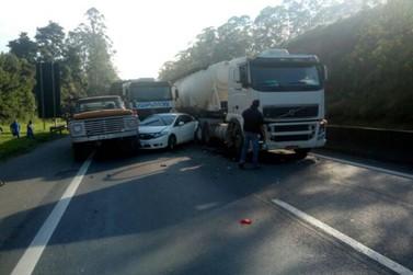 Acidente envolvendo carro e dois caminhões trava a Rodovia Fernão Dias