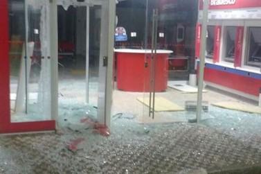 Criminosos armados explodem caixas eletrônicos em dois bancos