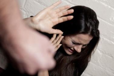 Homem quebra duas costelas da esposa durante agressão