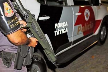 Força Tática apreende adolescentes e prende homem por tráfico de drogas
