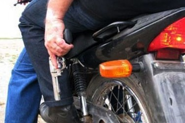 Criminosos usam arma de fogo para roubar motocicleta em Atibaia