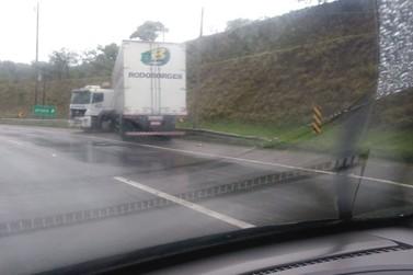Caminhão perde o controle e provoca lentidão na Fernão Dias em Atibaia