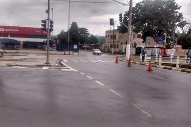 Dupla de moto assalta homem no estacionamento do Extra em Atibaia