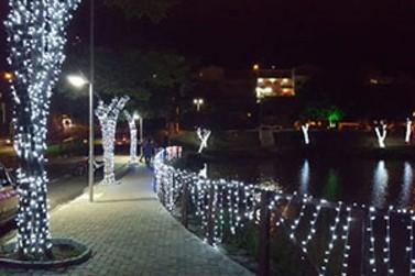 """Projeto """"Luzes de Natal – Lago do Major Iluminado"""" pode ser visto até janeiro"""
