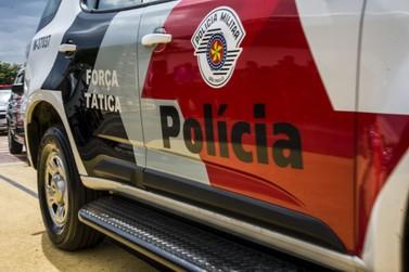 Bandidos armados assaltam dois estabelecimentos comerciais ao mesmo tempo