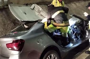Acidente destrói carro e deixa motorista gravemente ferido na Fernão Dias