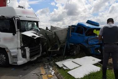 Acidente entre caminhões deixa três feridos e bloqueia Dom Pedro I