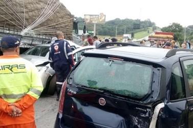 Caminhão e dois carros batem na Fernão Dias em Atibaia