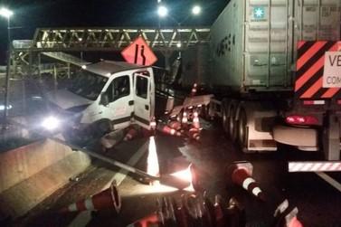 Carreta atropela e mata funcionário em obra na Fernão Dias em Atibaia