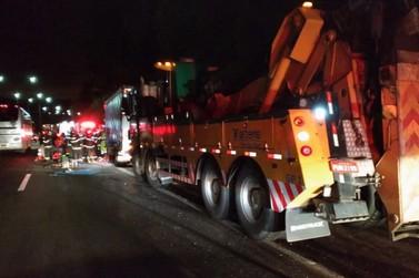 Motorista fica preso nas ferragens após acidente entre caminhões na Fernão Dias