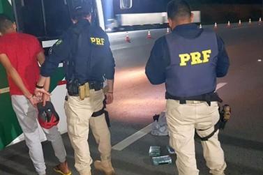 PRF e PC prendem passageiro de ônibus com três quilos de cocaína na Fernão Dias