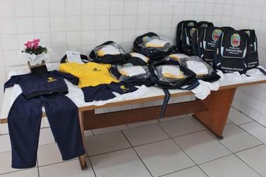 Alunos das escolas municipais de Atibaia recebem kits de materiais escolares