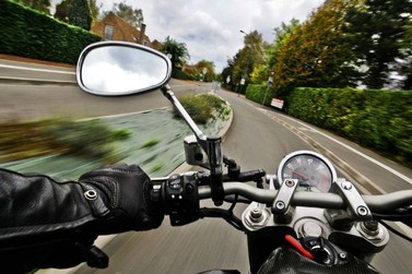 Ladrão derruba motociclista e rouba moto em Atibaia