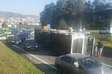 Caminhão tomba e causa lentidão na rodovia Fernão Dias em Atibaia