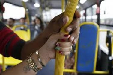 Homem é flagrado se masturbando em ônibus de Atibaia