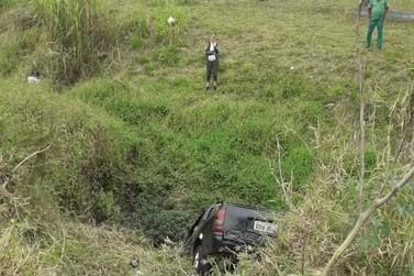 Motorista fica ferida após carro cair em córrego em Bragança Paulista
