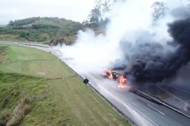 Motorista morre após caminhão pegar fogo e interditar rodovia Dom Pedro 1°