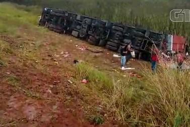 Caminhão de cerveja tomba na Fernão Dias