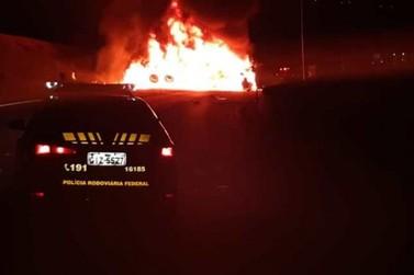 Após caminhão pegar fogo, duas pessoas morrem em acidente na Fernão Dias