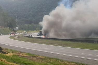 Caminhão carregado de enxofre pega fogo e interdita rodovia Dom Pedro I