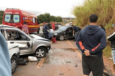 Motorista embriagado invade a contramão e bate em dois veículos na rodovia