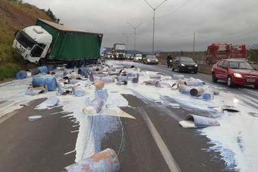 Batida entre caminhões derruba cola na pista e causa lentidão na Fernão Dias