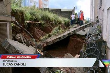 Moradores têm casas invadidas por água e lama após muro ceder durante chuva