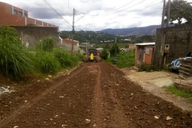 Equipes de manutenção de estradas trabalham em bairros atingidos pelas chuvas