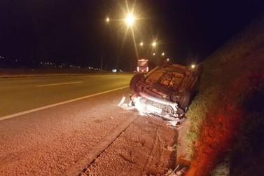 Mulher perde controle da direção e capota carro na Fernão Dias