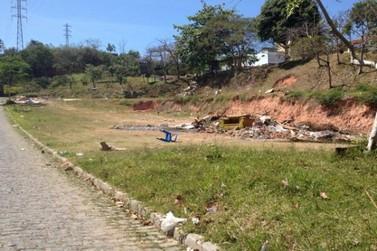 Terrenos baldios estão sendo usados como depósitos de lixo no Jd. Estância Brasil e Jd. Imperial