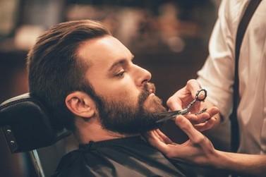 Barbearia de Atibaia amplia e monta espaço de entretenimento com bar, sinuca e fliperama