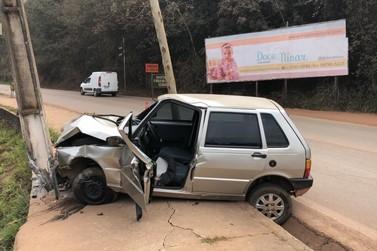 Motorista perde o controle e colide com o poste na entrada da cidade