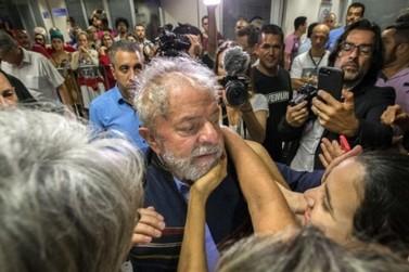 Lula se entrega à PF e é levado em comboio, já preso