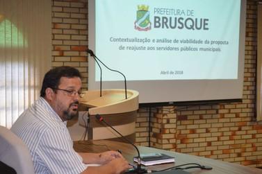 No Legislativo, Molina explica reajuste diferenciado à servidores da Prefeitura