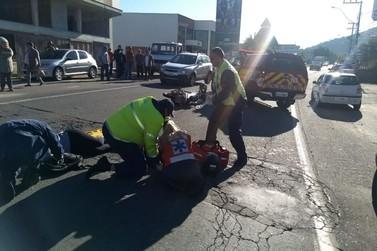 Acidente entre carro e moto deixa dois feridos, na Antônio Heil