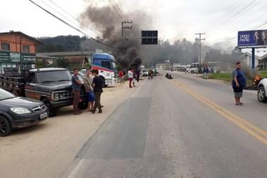 Manifestantes fazem carreata e se reúnem na rodovia Ivo Silveira, em Brusque