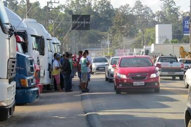 Manifestantes impedem tráfego de caminhões na Ivo Silveira